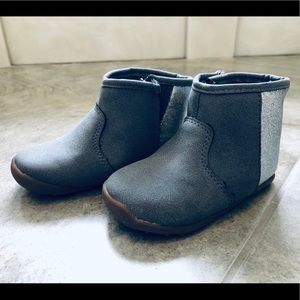 Carter's gray/ silver boots size 5.5 in GUC